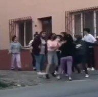 Liseli kızlar birbirine girdi! Tekme tokat sevgili kavgası kamerada