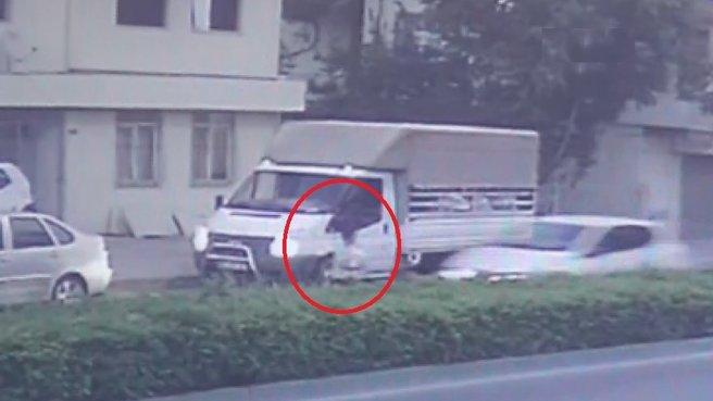 Süt aldığı aracın önünden karşıya geçmek isteyen çocuğa otomobil çarptı