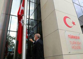 BaşkanErdoğan Türkevi'nin gönderine Türk Bayrağını böyle çekti