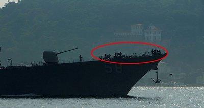 Son dakika: ABD savaş gemisi İstanbul Boğazı'ndan geçti! Ağır silahlarla nöbet tutan askerler dikkat çekti.