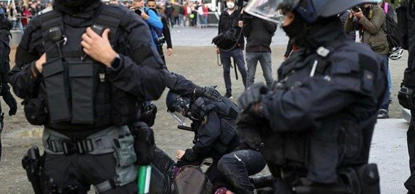 Alman polisi göstericileri darbetti
