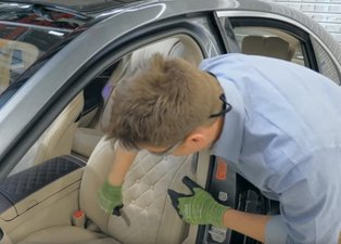 Mercedes'in koltuğunu kesip biçti! İçinden bakın neler çıktı?