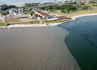 İSKİ'nin arıtma tesisinden bırakılan suyla denizin rengi böyle değişti! Çevre sakinleri de kokudan şikayetçi