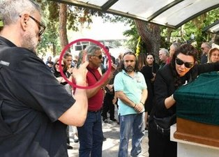 Enis Fosforoğlu'nun cenazesinde fotoğraf çektiren Selen Görgüzel eleştirilere ateş püskürdü