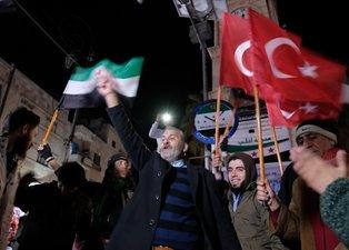 İdlibliler Türk bayraklarıyla sokağa döküldü