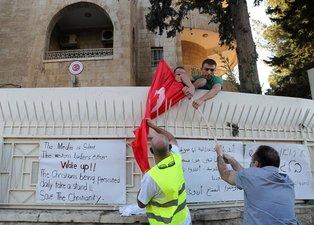Ayasofya kararı içlerine oturdu! Türk bayrağını yaktılar...