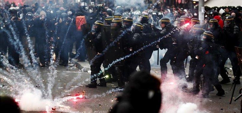 PARİS'TE POLİSİN ATTIĞI GAZ KAPSÜLÜ AA FOTO MUHABİRİNİ YARALADI
