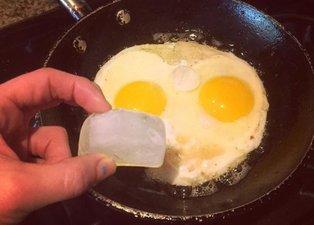Tavada yaptığınız yumurtanın içine bir küp yumurta atarsanız... | Pratik mutfak bilgileri