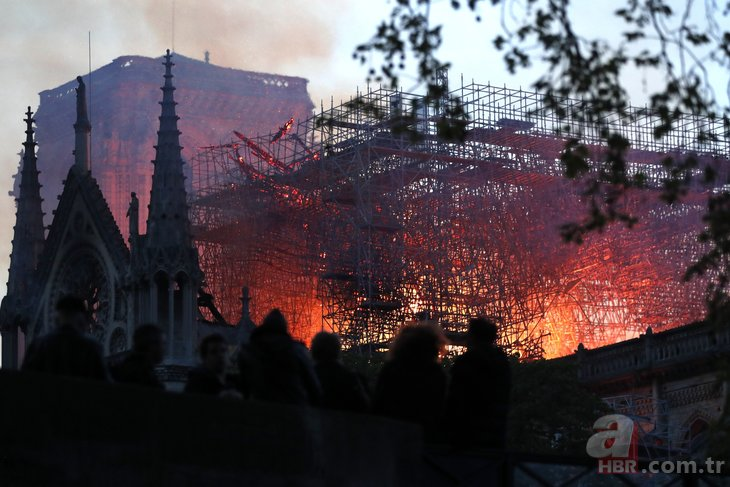Dünya Notre Dame Katedrali'ndeki yangını konuşuyor!