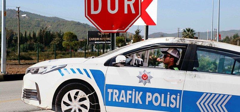 MAKET POLİS ARACINDAKİ HIRSIZLIK GÜVENLİK KAMERASINDA
