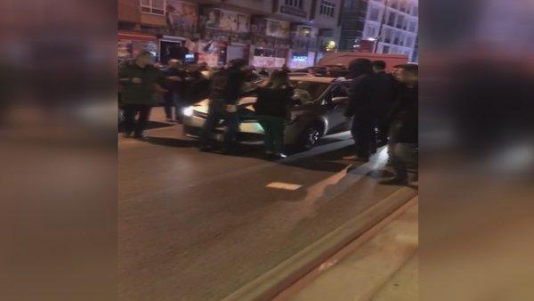 İstanbul Bahçelievler'de korku dolu anlar! Kucağında bebeği olan kadının üzerine sürdü 2