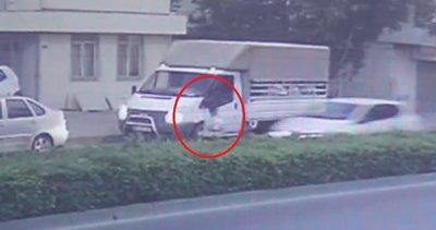 Süt aldığı aracın önünden karşıya geçmek isteyen çocuğa otomobil çarptı |Video