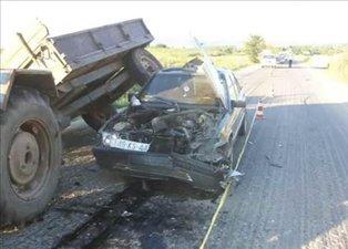 Kaza yapan Mercedes'i öyle bir hale getirdi ki görenler şoke oldu