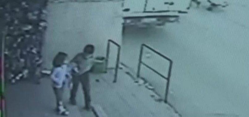 İzmir'de küçük çocuk ölümden son anda kurtuldu