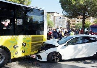 Otomobil halk otobüsüne çarptı