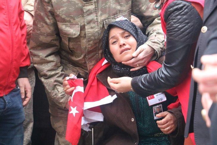 Şanlıurfalı şehide veda! 8 yaşındaki Memati abisini Türk bayrağıyla uğurladı