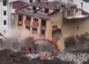 Kastamonu'da hasarlı bina çöktü! Yıkılan binadan son anda kurtuldular