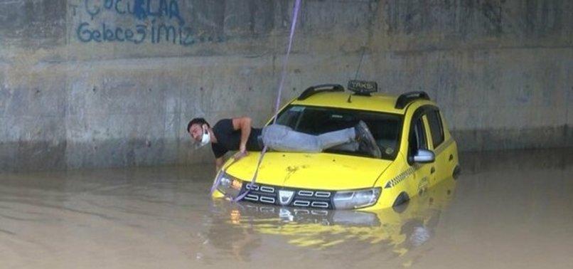 İstanbul'u sağanak yağış vurdu: Alt geçitte mahsur kalan taksici  kurtarılmayı bekledi