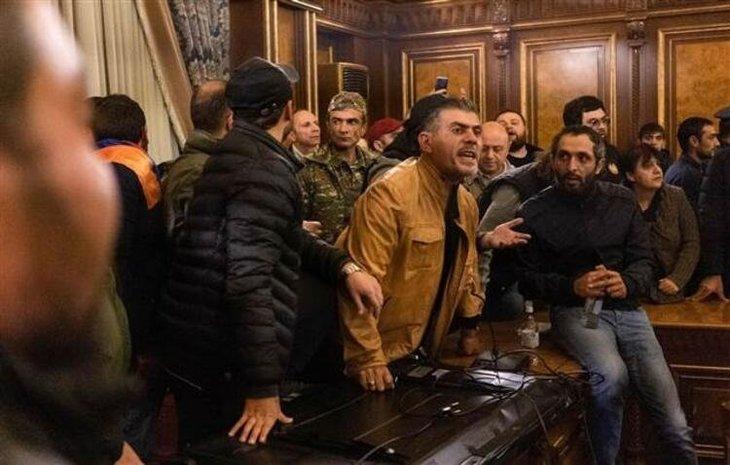 Azerbaycan ordusu diz çöktürdü! Ermenistan'da ortalık savaş alanı gibi! Meclis Başkanını linç ettiler