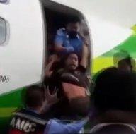 Son dakika: Uçakta akılalmaz olay! Saçından tutup yaka paça attılar