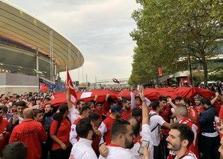 Fransa - Türkiye maçı öncesi Türk taraftarlar Paris'i inletti