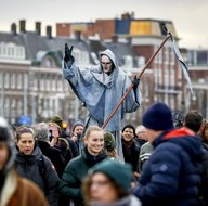 Avrupa'da sokaklar karıştı! Hollanda'da onlarca kişi gözaltına alındı