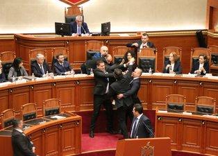 Arnavutluk Başbakanı Rama'ya muhalif milletvekili mürekkep fırlattı