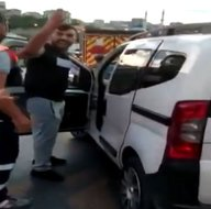 İstanbulda trafikte kadına saldırdı! Otomobilin üzerine çıkıp...