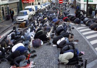 Demokrasiye bakın; Sokakta namaz kılmak YASAK!