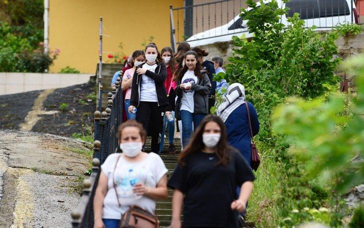 Koronavirüs gölgesinde LGS sınavı! Öğrenciler sınıflara böyle alındı