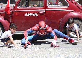 Son dakika: Antalyalı Örümcek Adamdan çocuklara bayram şekeri