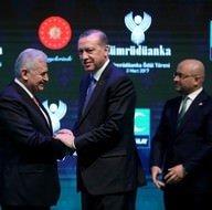 Başbakan Yıldırım, ödülünü Cumhurbaşkanı Erdoğan'ın elinden aldı