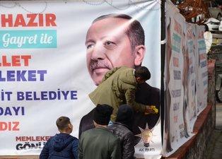 Şırnak'ta bir çocuk Başkan Erdoğan'ın kirlenen afişini temizledi
