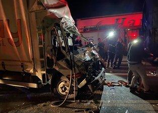 SON DAKİKA TEM'de korkunç kaza! Kamyon şoförü kabine sıkıştı