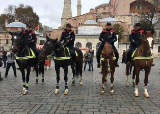 Atlı polisler Sultanahmet Meydanı'nda göreve başladı
