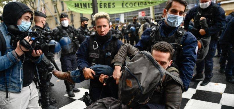 Fransa'da işçi sendikaları ve göçmenlerden protesto: Macron senden tüm kalbimle nefret ediyorum!
