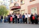 HDP önünde oturma eylemi yapan aileler Türk bayrağı açtı! Asker selamı verdiler