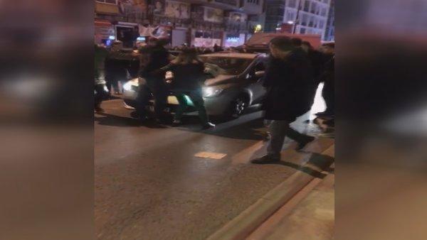 İstanbul Bahçelievler'de korku dolu anlar! Kucağında bebeği olan kadının üzerine sürdü 1