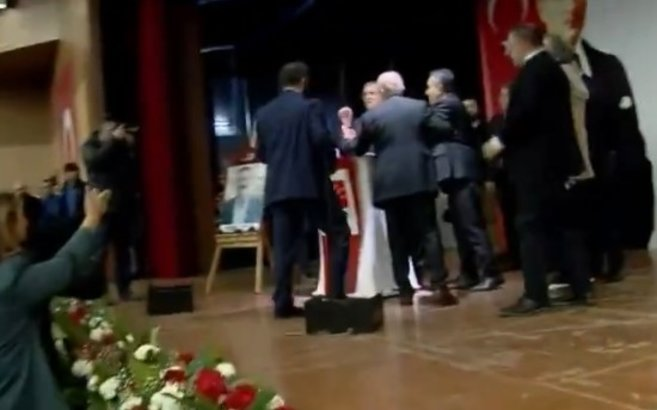 Kemal Kılıçdaroğlu'nun da katılımıyla gerçekleşen CHP Ankara İl Kongresinde rezalet! Teyfik Koçak kadınlara hakaret etti - Video izle