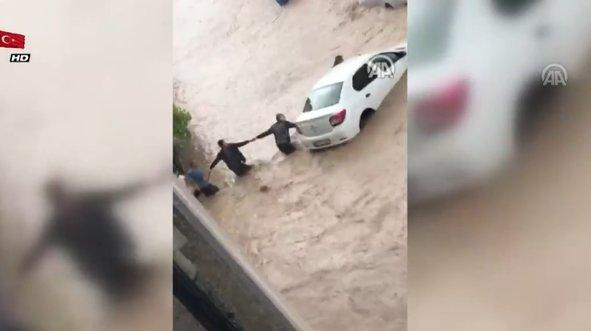 El ele verip sele kapılan otomobili kurtarmaya çalıştılar