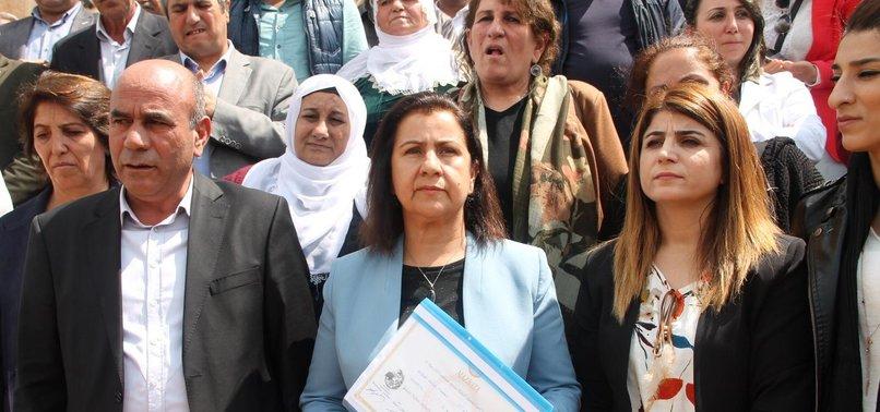 HDP'NİN İLK İCRAATI TÜRK BAYRAĞINI İNDİRMEK OLDU!
