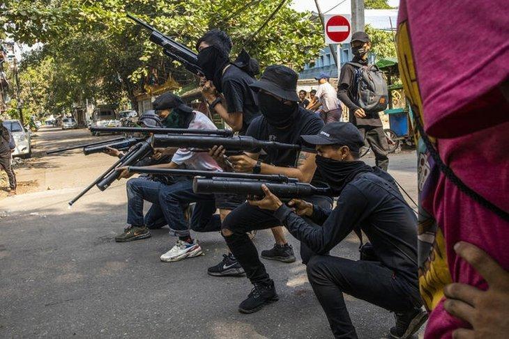 Savaş başladı! Askerler kaçtı silah sesleri köyleri inletti