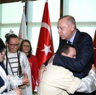 Başkan Erdoğan engellileri kabul etti! Dikkat çeken kareler