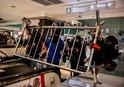 HONG KONG'DA PROTESTOCULAR AVM'Yİ İŞGAL ETTİ