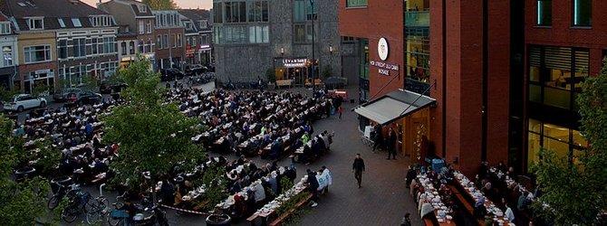 Hollanda'da Cami Meydanında sokak iftarı