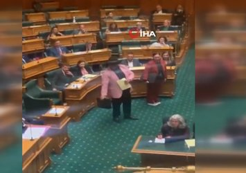 Parlamento toplantısında dans etti! Böyle atıldı