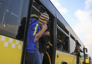 Holiganlar otobüslerin camlarını kırdı