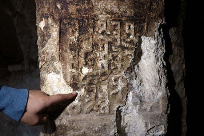 Diyarbakır'da kaya mezarında Süryanice kitabe bulundu ile ilgili görsel sonucu