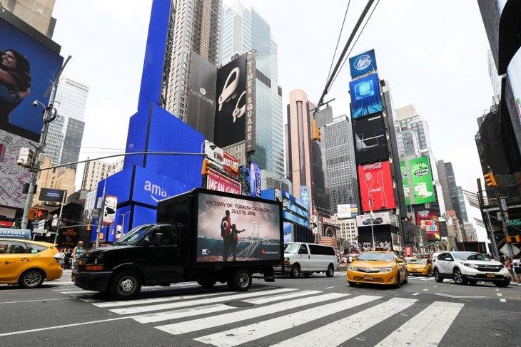 New York'ta dijital ekranla 15 Temmuz mesajı!