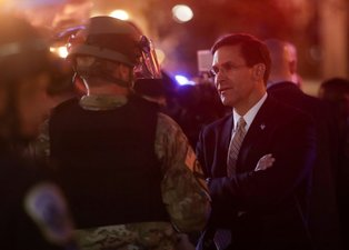 ABD'de öfke dinmiyor! Savunma Bakanı ve Genelkurmay Başkanı sokağa indi